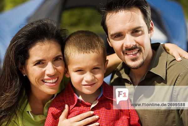 Porträt von Eltern und ihrem Sohn lächelnd