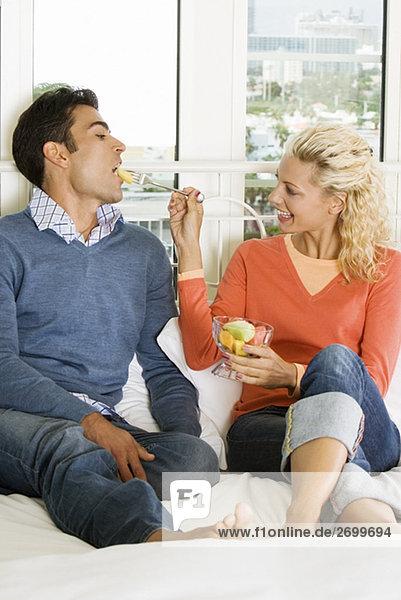 Nahaufnahme einer jungen Frau Fütterung Salat  ein junger Mann