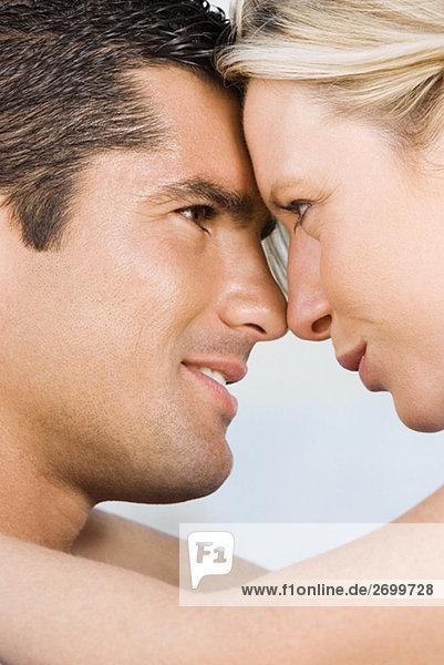 Nahaufnahme einer jungen Frau und ein Mitte Erwachsenen Mann Blick auf einander