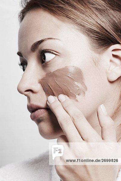junge Frau junge Frauen eincremen verteilen Close-up Gesichtsmaske Maske auftragen