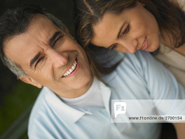 Nahaufnahme ein älterer Mann und einer Mitte erwachsen Frau lächelnd
