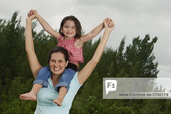 Mädchenbildnis auf ihrer Mutter Schulter sitzend