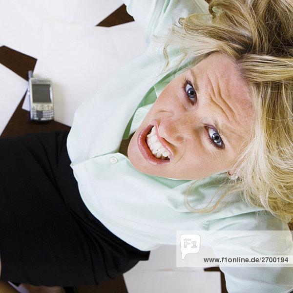 Erhöhte Ansicht einer jungen Frau Pressen ihre Zähne