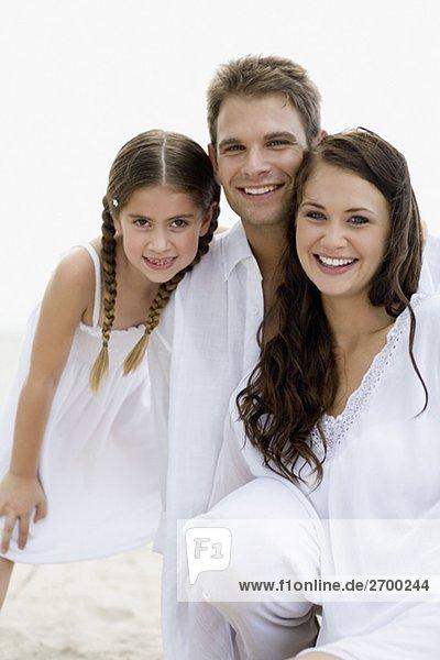 Porträt eines jungen Paares und ihre Tochter lächelnd