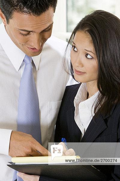 Nahaufnahme eines Kaufmanns diktieren Hinweise für seine Sekretärin