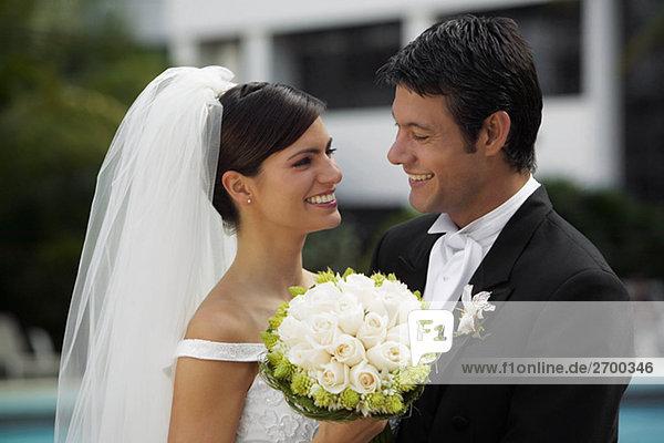 Nahaufnahme von einem frisch verheirateten paar lächelnd und Blick auf einander