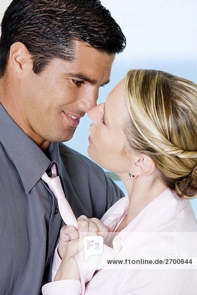 Nahaufnahme-Anpassung ein Geschäftsmann Krawatte geschäftsfrau