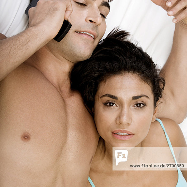 Nahaufnahme eines jungen Paares auf einem Bett liegend