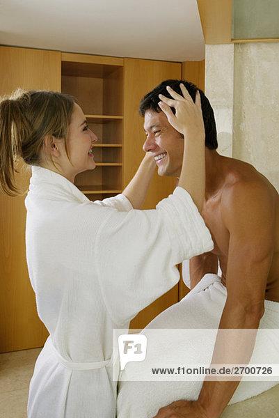 Seitenansicht einer jungen Frau Anpassen eines mittleren erwachsenen Mannes Haar