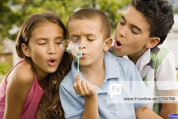 Nahaufnahme eines jungen Blasen Blasen mit einem Mädchen und ein Junge neben ihm
