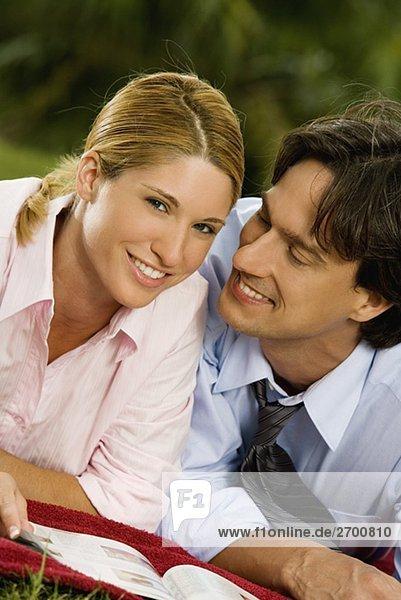 Portrait von geschäftsfrau und Kaufmann lächelnd