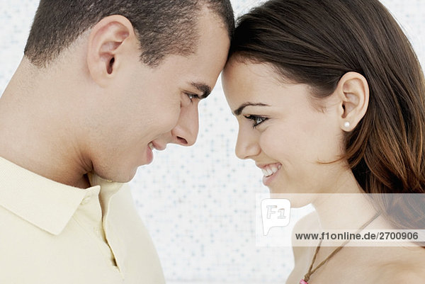 Nahaufnahme eines jungen Paares Blick auf einander und lächelnd