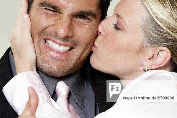 Nahaufnahme der geschäftsfrau kaufmann küssen
