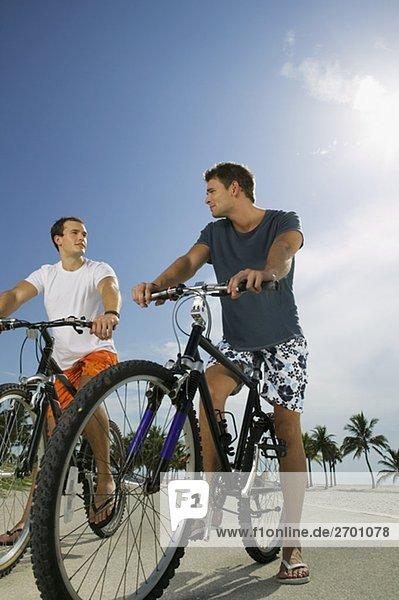 Untersicht von zwei junge Männer auf Fahrrädern