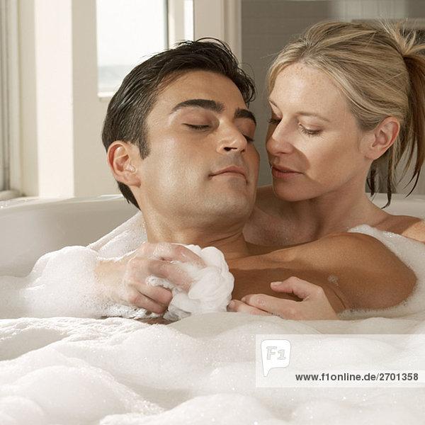Nahaufnahme einer jungen Frau ein junger Mann Brust mit einem Schwamm Bad-Wäsche