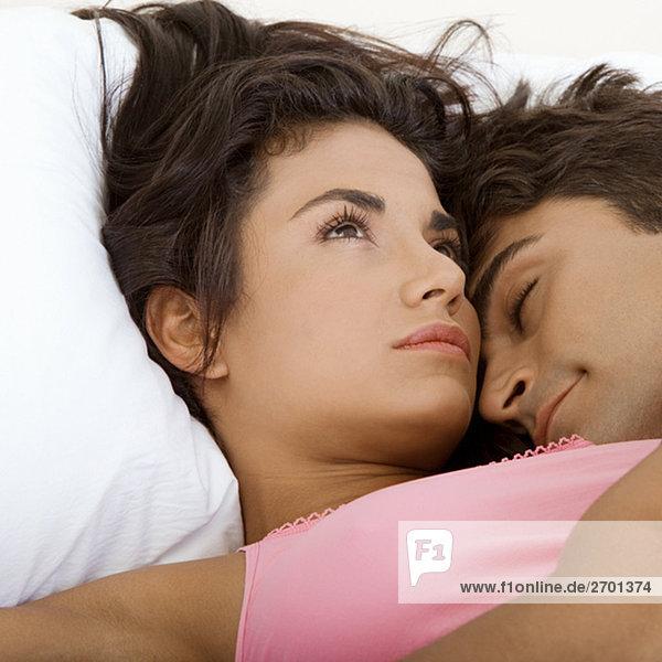 Nahaufnahme eines jungen Paares auf dem Bett liegend