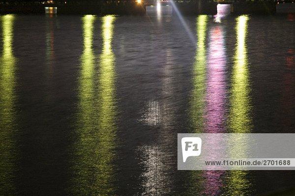 Erhöhte Ansicht der Lichter auf dem Wasser  Boston  Massachusetts  USA