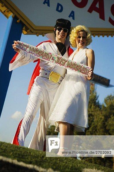 Mitte Erwachsenen Mann und Mitte erwachsen Frau gekleidet in Kostümen  Las Vegas  Nevada  USA
