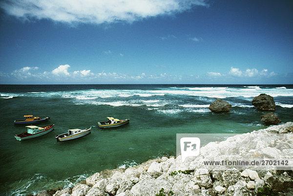 Boote schwebend in der Nähe einer Küste  Barbados