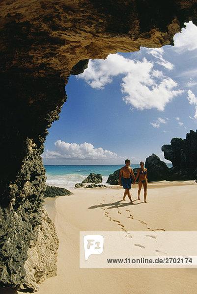 Ein paar nimmt einen Spaziergang am Horseshoe Beach  Bermuda