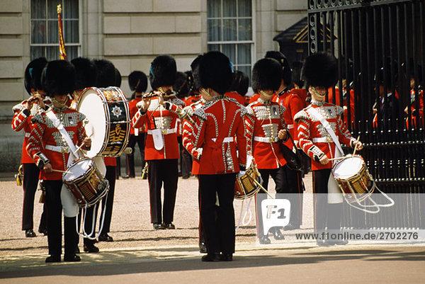 Wachen außerhalb Buckingham Palace  London  England