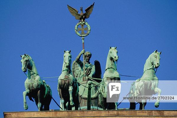 Untersicht einer Statue  Quadriga Statue  Brandenburger Tor  Berlin  Deutschland Untersicht einer Statue, Quadriga Statue, Brandenburger Tor, Berlin, Deutschland