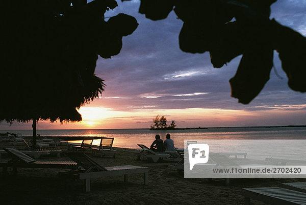 Eine schöne Sonnenuntergang am Strand Negril  Jamaika