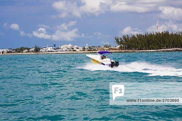 Mit dem Schnellboot bewegt sich in das Meer  Key West  Florida  USA