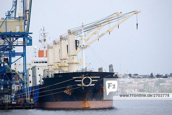 Industrielle Schiff vor Anker in einem Hafen  Innenhafen  Baltimore  Maryland  USA