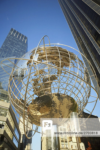 Untersicht eine Kugel am Columbus Circle  Manhattan  New York City  New York State  USA