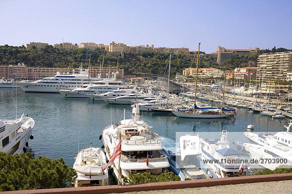 Fähren und Schiffe angedockt an einem Hafen  Port von Fontvieille  Monte Carlo  Monaco