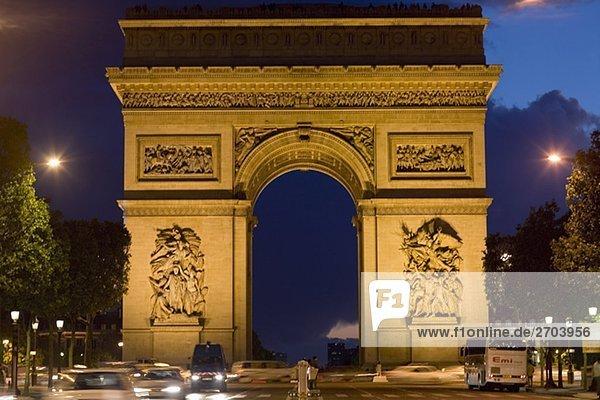 Triumphbogen beleuchtet bei Nacht  Arc De Triomphe  Paris  Frankreich