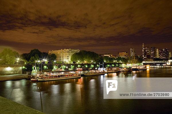 Flusskreuzfahrtschiffe angedockt an einem Port  Seineufer  Paris  Frankreich