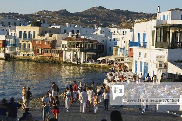stehend Mensch Menschen Menschengruppe Menschengruppen Gruppe Gruppen Küste Große Menschengruppe Große Menschengruppen groß großes großer große großen Kykladen