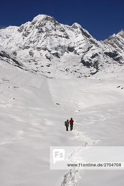 Zwei Wanderer im Schnee bedeckt Landschaft  Annapurna Range  Himalaya  Nepal