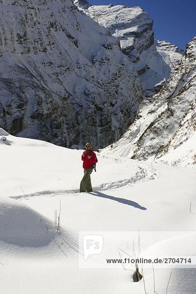 Männlich Wanderer zu Fuß in ein Schnee bedeckt Landschaft  Annapurna Range  Himalaya  Nepal