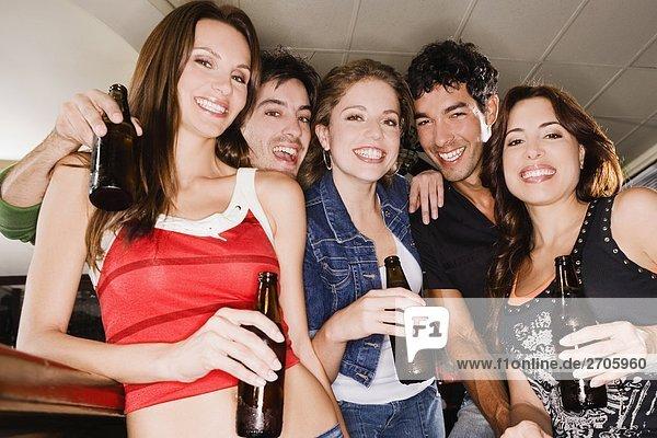 Porträt von fünf Freunde lächelnd in einer Bar Counter