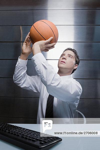 Kaufmann werfen einen basketball