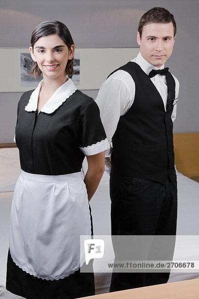 Portrait von einem Kellner und eine Kellnerin in einem Hotelzimmer ständigen