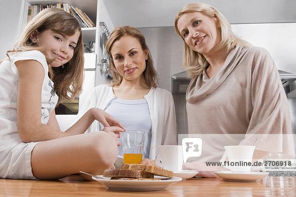 Großmutter Mädchen Mutter - Mensch Frühstück