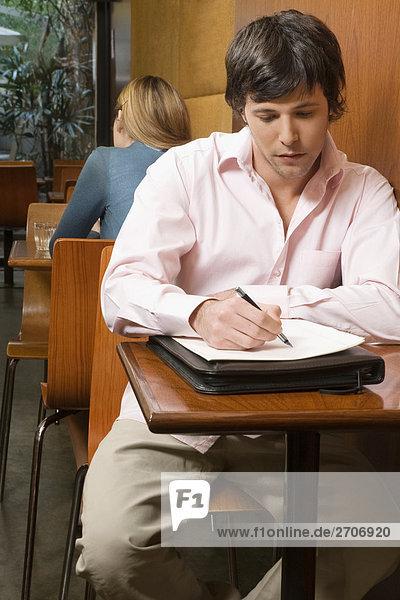 Zwei Kunden sitzt in einem Café