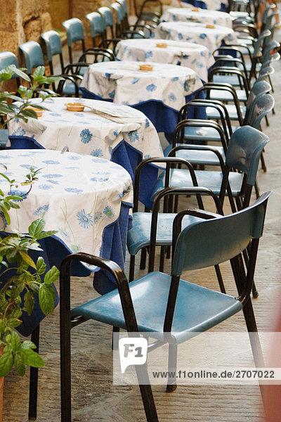 Tische und Stühle auf einem Bürgersteig Café  San Gimignano  Provinz Siena  Toskana  Italien