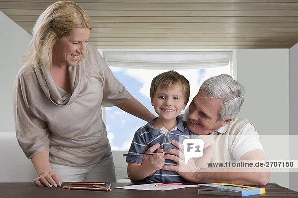 Portrait Junge - Person Großvater Mutter - Mensch Hilfe Hausaufgabe