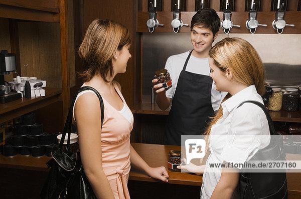 Coffee-Shop-Besitzer  die ein Glas Kaffee zu Kunden