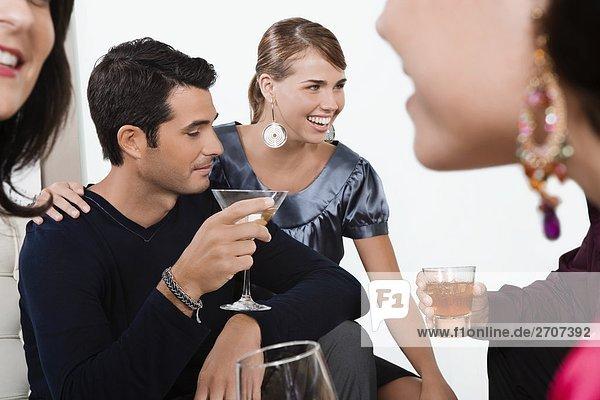 Fünf Freunde feiern mit Wein und cocktail