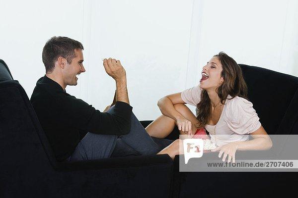 Junger Mann Fütterung Popcorn mit einer jungen Frau