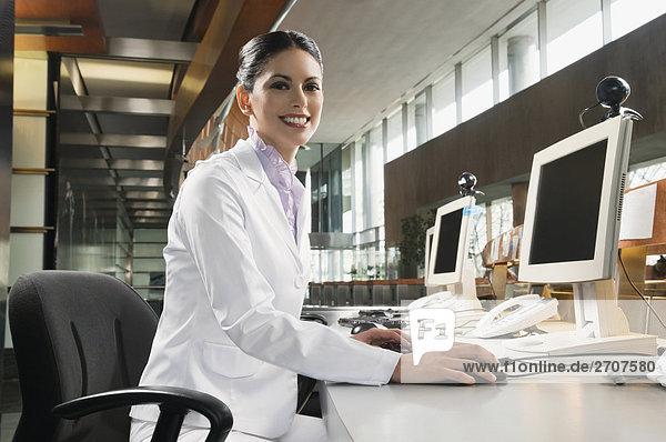 Portrait Computer Geschäftsfrau lächeln arbeiten Schreibtisch