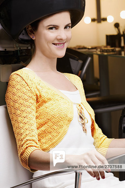 Föhn sitzend junge Frau junge Frauen Portrait unterhalb Haar