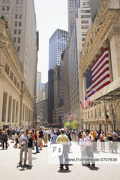 Gruppe von Menschen auf der Straße  Wall Street  Manhattan  New York City  New York State  USA