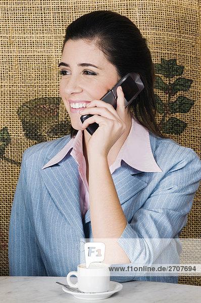 Geschäftsfrau Gespräch auf einem Mobiltelefon